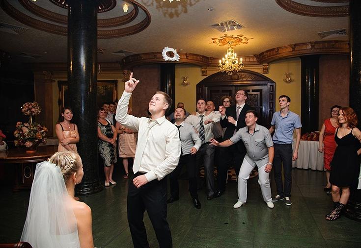 бросать подвязку на свадьбе