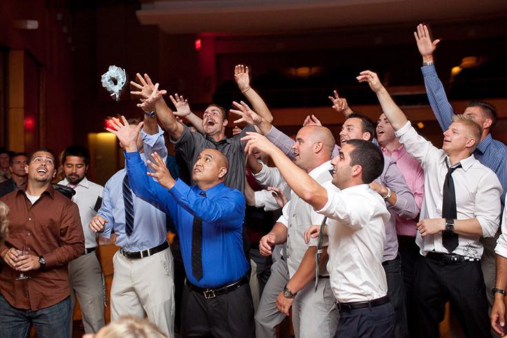 Отвлечь гостей свадебной подвязкой